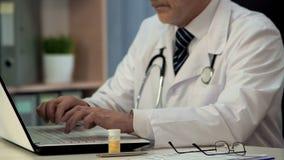 Apotheker het typen bij laptop het onderzoek over nieuwe drugs, geneeskundeontwikkeling royalty-vrije stock fotografie