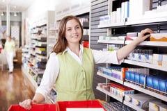 Apotheker Looking For Medicine royalty-vrije stock foto