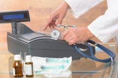 Apotheker of medische arts die kasregister gebruiken Stock Fotografie