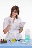 Apotheker met een notitieboekje in het laboratorium Stock Afbeeldingen