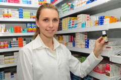 Apotheker met masker verkopende geneeskunde Stock Foto's