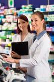 Apotheker met medewerker in apotheek royalty-vrije stock fotografie