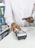 Apotheker-Pressing Buttons Of-Kartenleser At Counter Lizenzfreies Stockbild