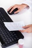 Apotheker Reading Prescription Lizenzfreie Stockbilder