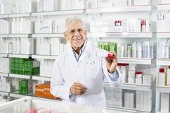 Apotheker Showing Medicine Box bij Teller stock afbeeldingen