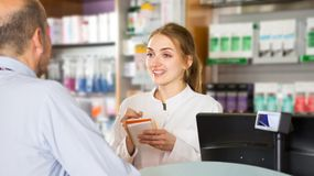Apotheker und Apothekentechniker im Drugstore stockfotos