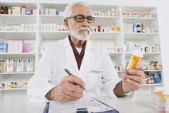 Apotheker Working In Pharmacy Stock Foto's