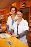 Apothekerauszubildender im Drugstore lizenzfreies stockfoto