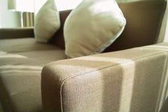 Apoyabrazos del sofá del paño Foto de archivo