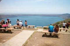 Apoyo与游人的盐水湖视图 免版税库存照片