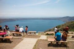 Apoyo与游人的盐水湖视图 库存照片