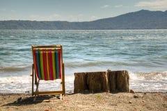 在湖Apoyo岸的椅子在格拉纳达,尼加拉瓜附近的 免版税库存图片