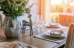 Apoyo hermoso de la decoración en la mesa de comedor en luz del día Fotos de archivo libres de regalías