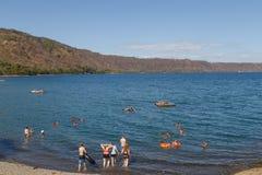 Apoyo laguny widok z ludźmi na odtwarzaniu w słonecznym dniu, Masaya, Nikaragua Zdjęcie Royalty Free
