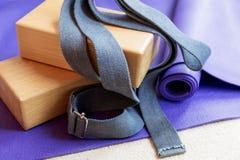 Apoyos del equipo de los pilates de la yoga de la aptitud en la alfombra fotos de archivo libres de regalías