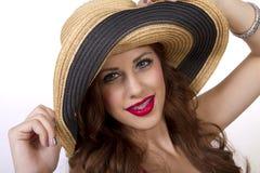 Apoyos que llevan hermosos de la mujer joven en sus dientes Foto de archivo libre de regalías