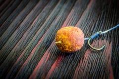 Appât pour la pêche de carpe Attirail de photo sur un fond en bois photos libres de droits