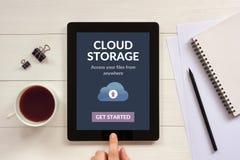 App αποθήκευσης σύννεφων έννοια στην οθόνη ταμπλετών με τα αντικείμενα γραφείων Στοκ Φωτογραφία