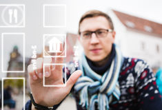 App για τους ταξιδιώτες σε ένα τηλέφωνο Στοκ Φωτογραφία