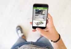 app εγχώριας ασφάλειας ατόμων τηλέφωνο Στοκ φωτογραφία με δικαίωμα ελεύθερης χρήσης