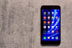 App εικονίδια WhatsApp, YouTube, instagram, Facebook, Skype, Αμαζόνιος, πειραχτήρι, πιό pinterest και άλλο στην οθόνη του smartph Στοκ φωτογραφία με δικαίωμα ελεύθερης χρήσης