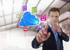 App σύννεφων διεπαφή και επιχειρηματίας σχετικά με τον αέρα μπροστά από την αποθήκη εμπορευμάτων Στοκ Εικόνα