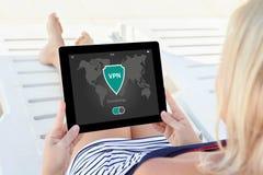 App ταμπλετών εκμετάλλευσης γυναικών vpn τα πρωτόκολλα Διαδικτύου δημιουργιών προστατεύουν Στοκ Εικόνα