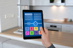 App ταμπλετών εκμετάλλευσης χεριών ατόμων έξυπνη κουζίνα δωματίων εγχώριου υποβάθρου Στοκ φωτογραφίες με δικαίωμα ελεύθερης χρήσης