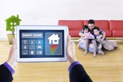 App των έξυπνων ελεγκτών σπιτιών στην ταμπλέτα Στοκ Εικόνα