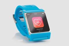 有健身app象的蓝色巧妙的手表在屏幕上 免版税库存图片
