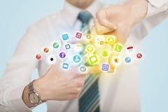 Χέρια που δημιουργούν μια μορφή με τα κινητά app εικονίδια Στοκ Εικόνες