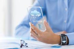 关闭有天气的app妇女在智能手机 免版税库存照片