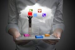 App blokkeert slimme tablet met wolk en zakenman het beklimmen ladd vector illustratie