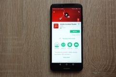 App de Adobe Acrobat Reader no Web site do Google Play Store indicado no smartphone de Huawei fotografia de stock