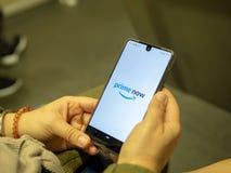 App de apertura del Amazon Prime de la mujer ahora en la pantalla del dispositivo de Android mientras que conmuta en el metro imagen de archivo libre de regalías
