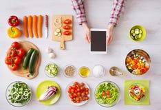 App de cozimento em linha com worktop da cozinha imagem de stock