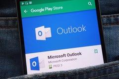 App de Microsoft Outlook na tela moderna do smartphone no Google Play Store imagens de stock