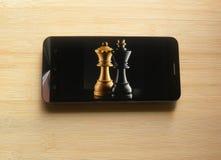 App del juego de ajedrez en smartphone fotos de archivo