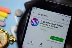 App del revelador de Logo Maker - de Logo Creator, del generador y del diseñador con magnificar en la pantalla de Smartphone imagen de archivo