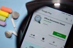 App del revelador del espectador del documento de Office con magnificar en la pantalla de Smartphone imagen de archivo libre de regalías