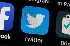 App di Twitter sul deposito del app IPhone con un app sociale di media fotografia stock libera da diritti