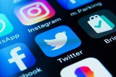 App di Twitter sul deposito del app IPhone con un app sociale di media fotografie stock