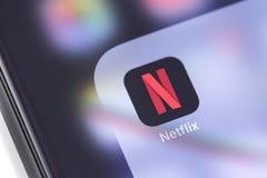 App do ícone de Netflix no smartphone da tela fotografia de stock
