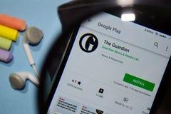 App do colaborador de The Guardian com ampliação na tela de Smartphone fotografia de stock royalty free