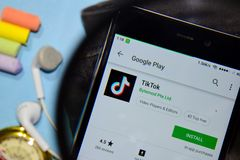 App do colaborador de TikTok com ampliação na tela de Smartphone imagens de stock