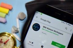 App do colaborador do IBM Watson Workspace com ampliação na tela de Smartphone imagens de stock