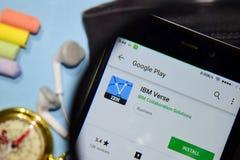 App do colaborador do verso do IBM com ampliação na tela de Smartphone fotos de stock royalty free