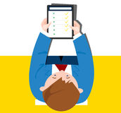 App em uma tabuleta nas mãos dos homens Imagens de Stock Royalty Free