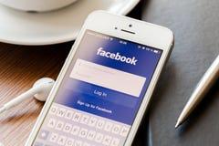 App Facebook σελίδα στην οθόνη iphone της Apple Στοκ φωτογραφία με δικαίωμα ελεύθερης χρήσης