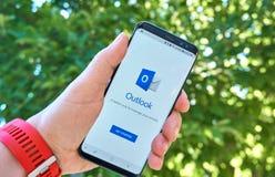 App móvel de Microsoft Outlook em Samsung s8 imagens de stock royalty free